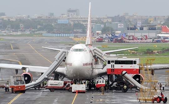 图:印度一架飞机起飞前引擎突然起火