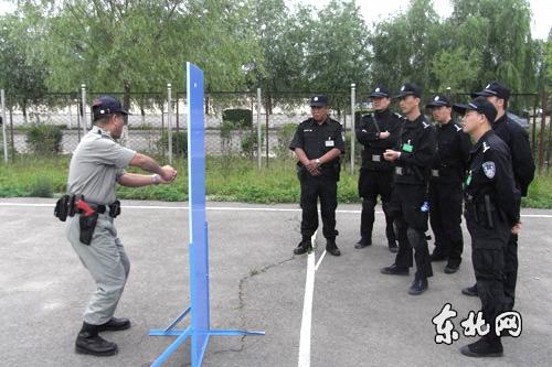 图:香港警察战术流动教学团为黑龙江培训警员