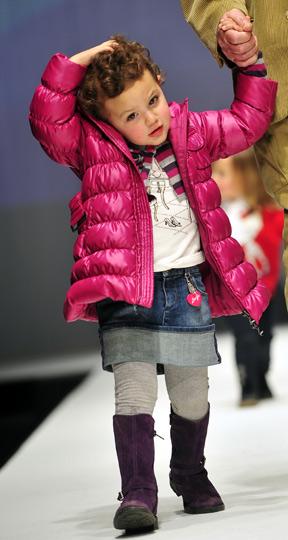 组图:儿童时装秀 小模特t台尽显活泼可爱
