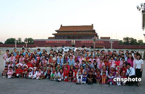 56个民族儿童代表天安门观看升旗仪式