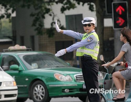 女交警亮相南京街头指挥交通