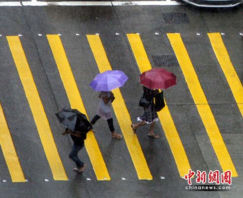 图:香港发出黄色暴雨警告信号--中新网