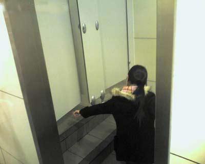 林姓女子上厕所脱裤后