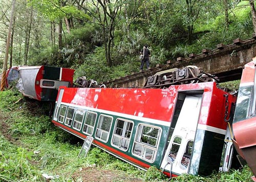 阿里山/台湾阿里山森林铁路神木支线4月27日中午发生小火车翻覆意外。