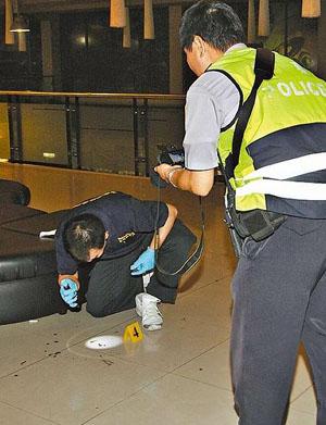 台湾/台南10日晚发生寻仇斗殴事件,警方在KTV内采证,地上血迹斑斑...
