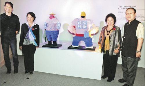 高雄展出积木人体雕像陈菊惊呼 真的好像