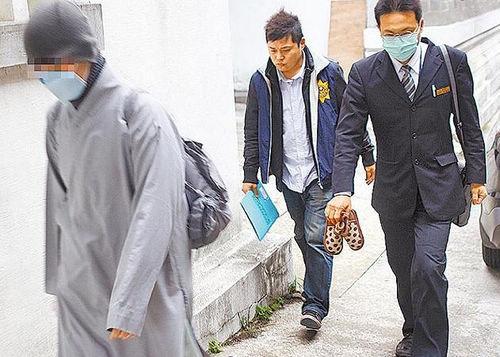 台湾/检警昨(4日)解剖遭虐死的女童遗体,其生母(左)穿袈裟到场,...