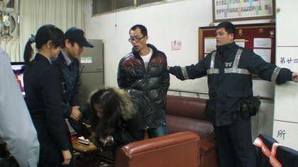 昨晚9时,她与因毒品案被通缉的李姓男友(38岁)骑摩托车外出,警察见状