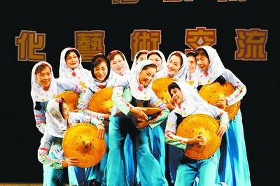 厦门老年文艺团体在台表演舞蹈《石头·女人》