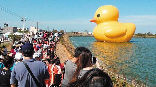 """鸭迷人数""""爆冲""""破200万台湾大黄鸭提前消气"""