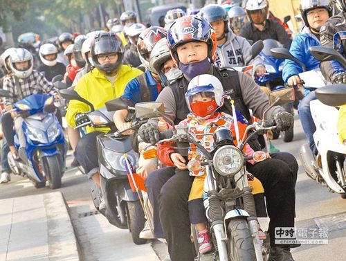 """3千辆摩托车集结台湾大道机车族高呼""""反禁摩"""""""