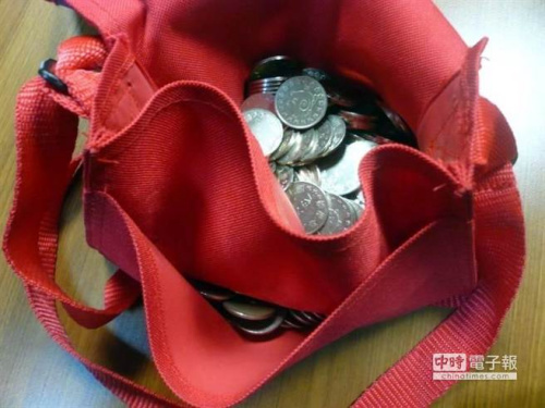 警局查获起获近200枚游戏代币。(图自台湾《中国时报》)