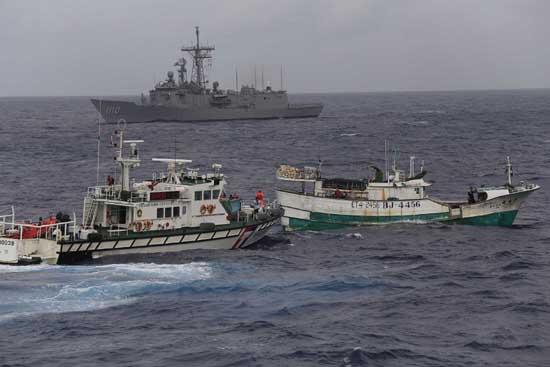 台湾海巡及军方演练护渔救难操演过程逼真(组图)