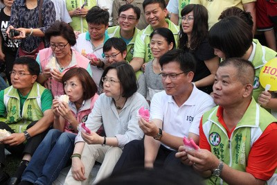 民进党28周年党庆野餐会 蔡英文与小朋友玩游戏