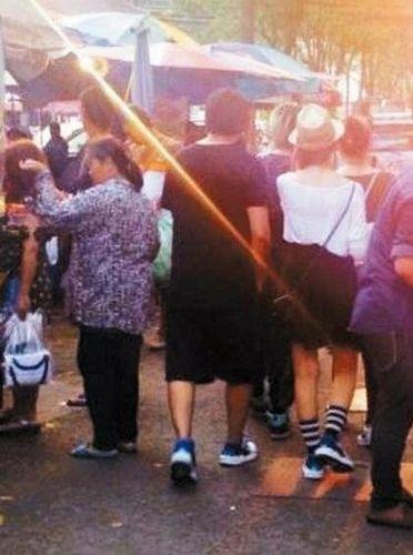 周杰伦曼谷和自己蜡像合照 与昆凌穿情侣鞋逛街