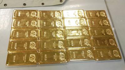 """蔡姓女子搭机返台时,将20千克的999""""纯黄金金条""""绑在身上。来历:台湾""""中心社"""""""