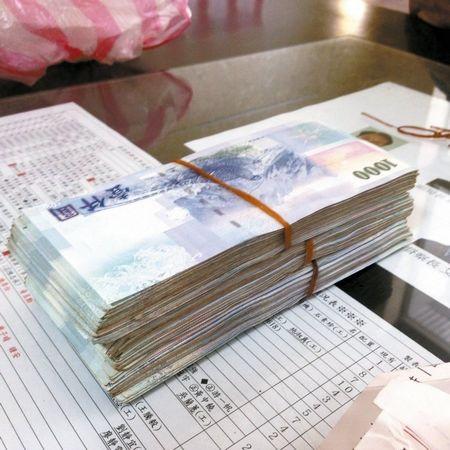 老妇在废品站捡到50万台币送警招领十多天无人认领