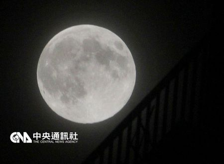 """台风""""杜鹃""""靠近台湾全台可能看不到超级满月"""