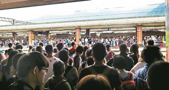台风令台湾多处车站拥挤旅客骂声不断:逃难吗?