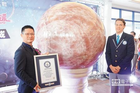 买家斥资上亿台币非洲寻宝世界最大粉晶球高雄亮相