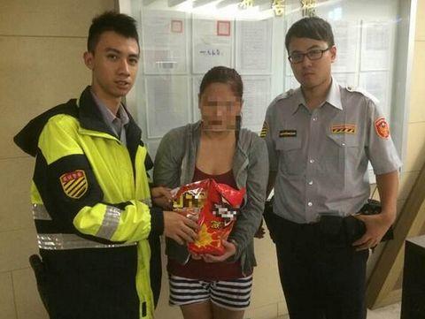 台湾单亲妈妈偷饼干玩具热心警察自掏腰包埋单