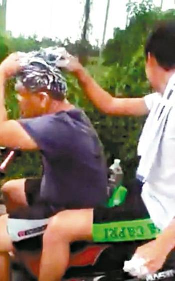 台一年轻人边骑摩托车边洗头夸张行径让网友傻眼