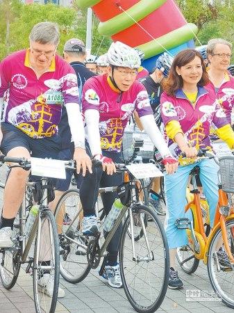 台北市长柯文哲骑自行车绕行台北直呼屁股好痛