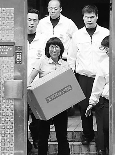 王如玄搬离争议官舍亲自把行李和箱子搬上卡车