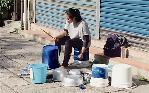 水桶铁盆打击乐 路边女孩表演让网友热赞(图)-中新网