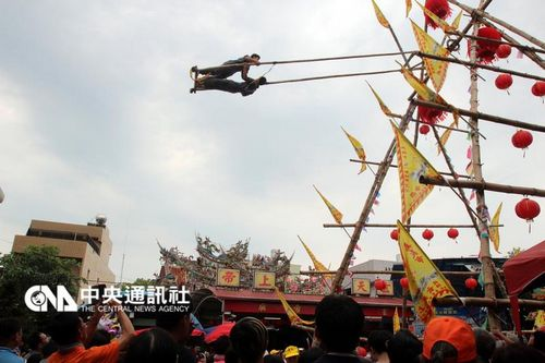 台湾嘉义举办高空荡秋千比赛民众惊呼连连(图)