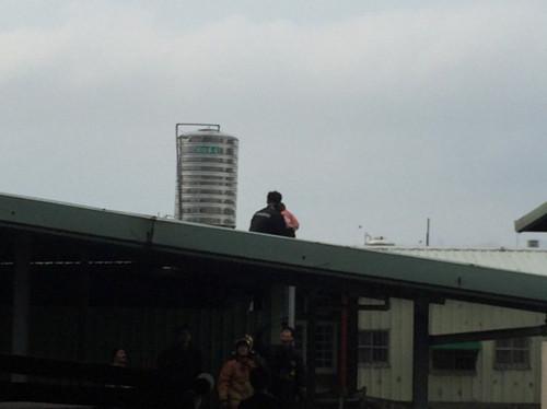 台湾男子抱着4个多月大女婴闹跳楼被警方制伏