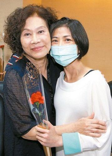 台湾71岁妈妈捐肾救女女儿:她给我第2次生命