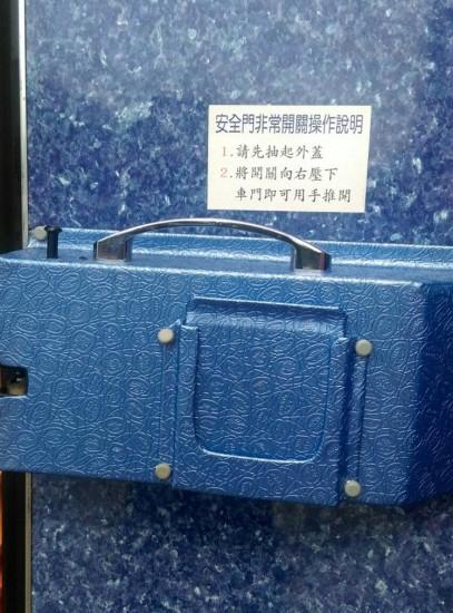 """台湾""""火烧车""""同型车司机不解:安全门为何没开?"""