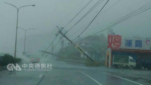 """台风""""莫兰蒂""""袭台致1死44伤近百万户停电"""