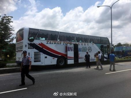 台游览车撞上安全岛6人轻伤司机是否疲劳驾驶待查
