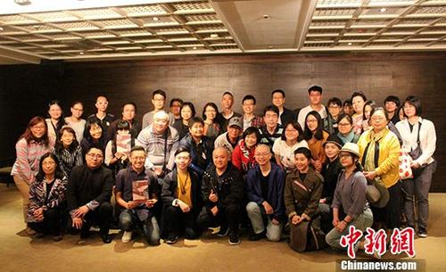 图为江苏省昆剧院演员单雯(一排右二)等与台湾观众合影留念。 中新社记者 张晓曦