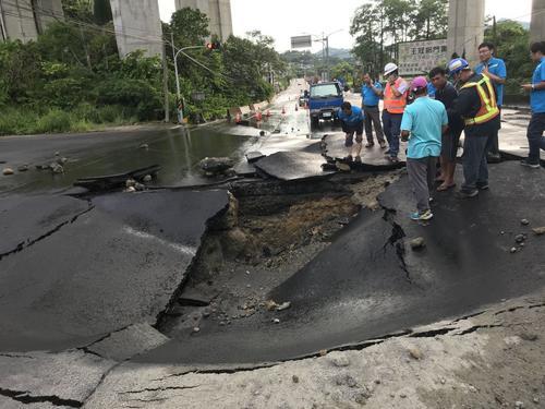 疑自来水管线爆裂台湾高雄一路面突然塌陷(图)
