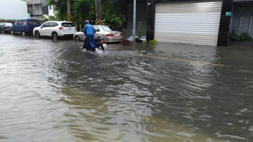 台南整夜豪雨多地淹水全市停班停课一天(图)