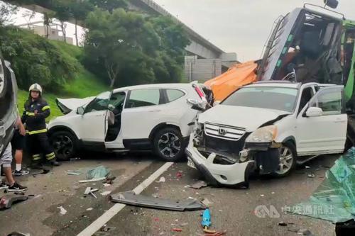 台湾一高速公路发生7车连环撞事故致7人轻重伤