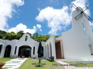 本是台湾乡下很普通的钢筋水泥平房.-台东风车教堂的白色浪漫