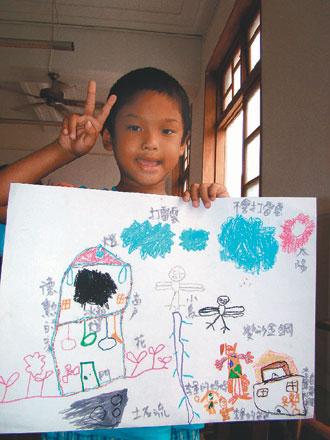台湾灾区儿童画画纾压:变形金刚挡天灾保护家园