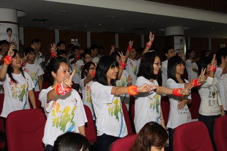 亚残运会志愿者骨干在培训现场竖起成功手势