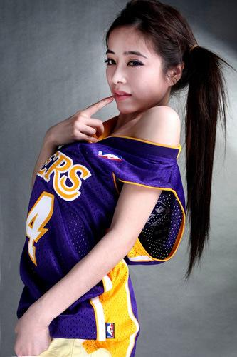 穿篮球服的清纯女生穿科比球衣的女生科比篮球宝贝 竖