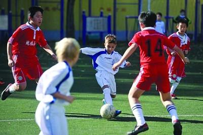 北京地坛小学足球队与俄罗斯少年足球队踢了一场友谊赛.