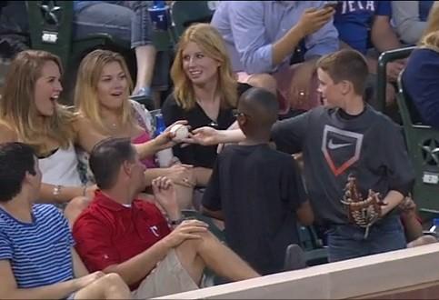 小男孩棒球场公然把妹得球后直接转赠美女(图)