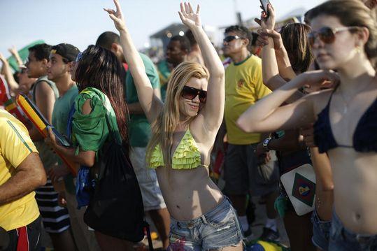 比基尼美女激情庆祝巴西晋级