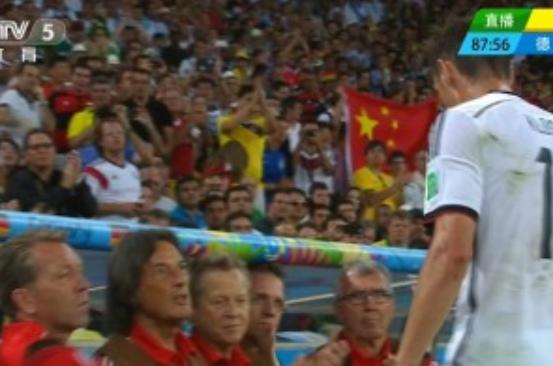 中国球迷现身巴西世界杯决赛高举五星红旗(图)