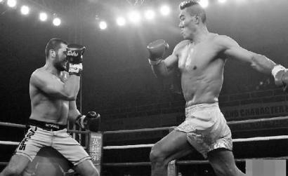 拳坛巨人2分钟KO美国壮汉 身高和臂长是优势(图)