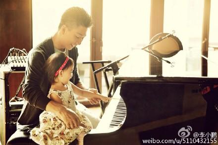 李小鹏晒教奥莉弹钢琴旧照 网友赞画面温馨(图)