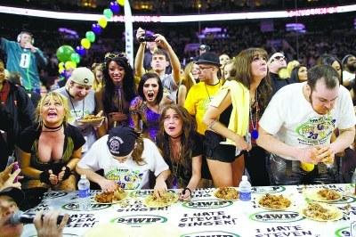 费城吃鸡翅大赛:冠军2.7秒吃掉一个鸡翅(图)